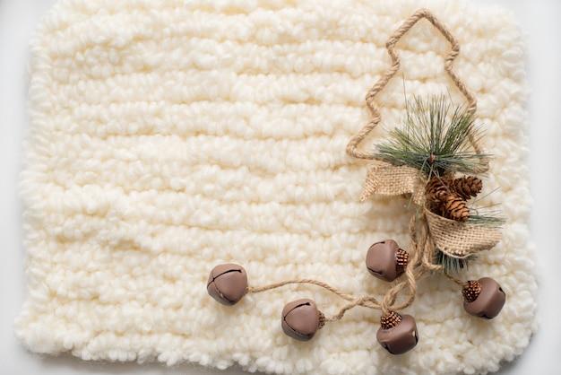 Composition de noël arbre de noël, écharpe blanche tricotée. place pour votre inscription
