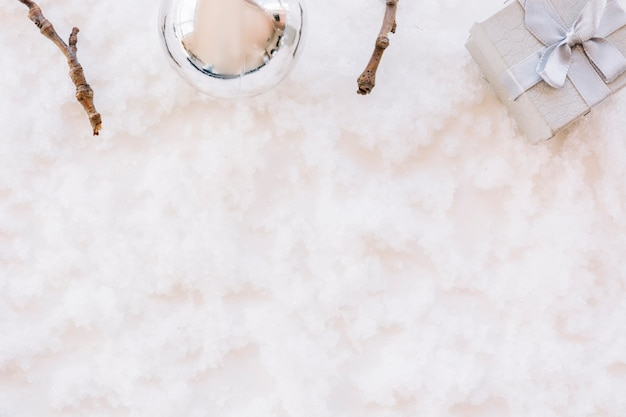 Composition de noël de babiole avec un coffret cadeau sur la neige
