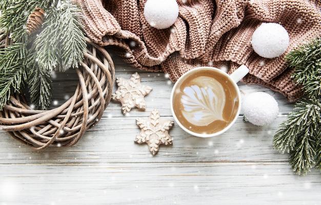 Composition de noël avec des biscuits et du café