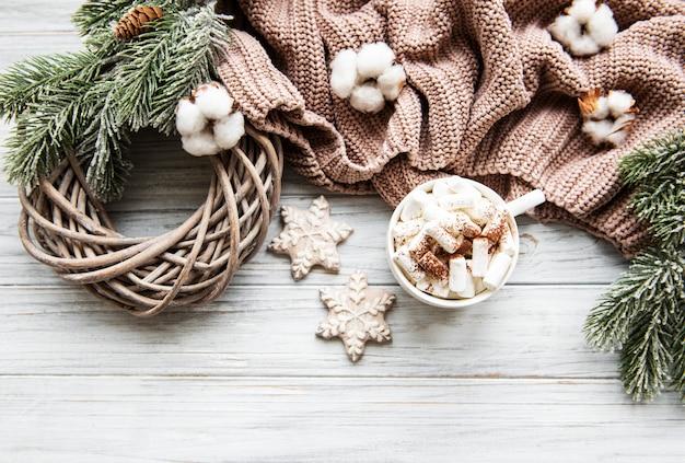 Composition de noël avec des biscuits et du chocolat chaud