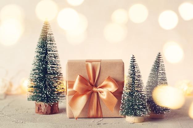 Composition de noël avec boîte-cadeau et arbre de noël sur fond neutre