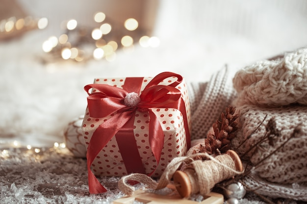 Composition de noël avec une boîte-cadeau et des éléments tricotés.