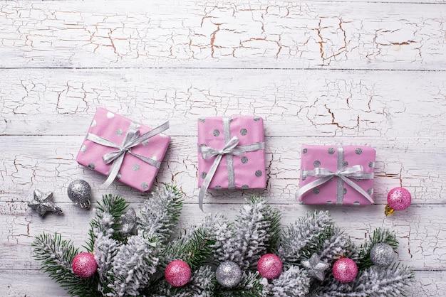 Composition de noël avec une boîte cadeau rose