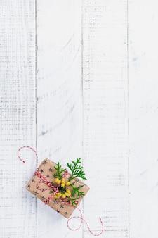 Composition de noël avec boîte-cadeau sur table en bois. vue de dessus avec espace de copie.