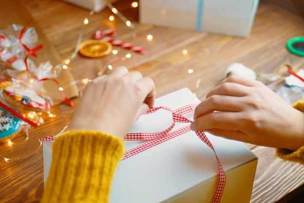Composition de noël avec boite cadeau.