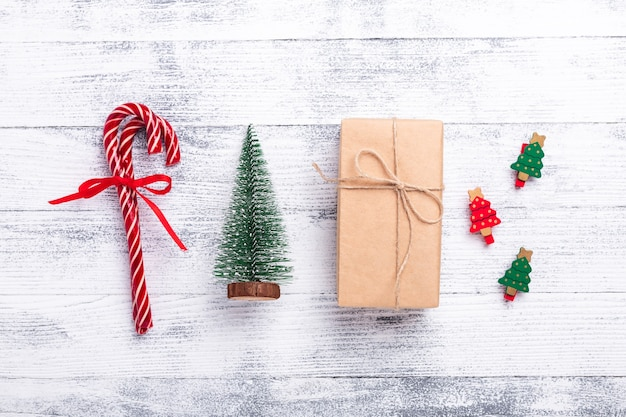 Composition de noël. boîte présente, cadeaux, sapin, cannes de bonbon sur fond en bois. mise à plat, vue de dessus - image