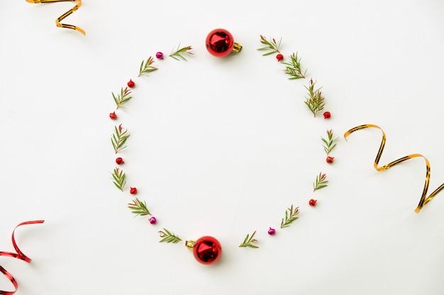 Composition de noël et bonne année. couronne de feuille de sapin vert