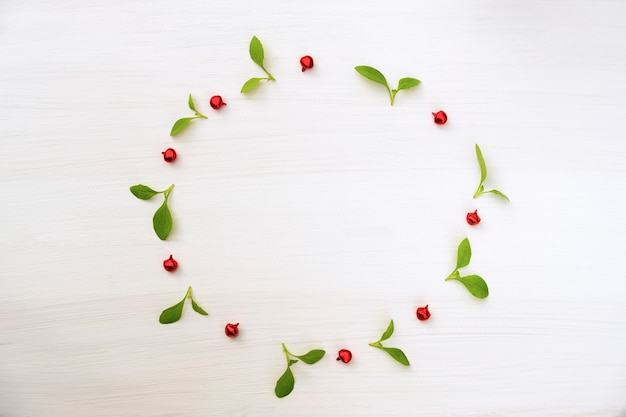 Composition de noël et bonne année. couronne de feuille verte et boule rouge