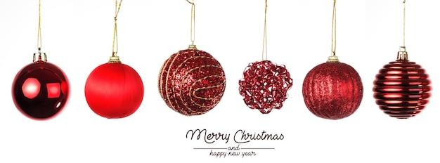 Composition de noël. boules de noël avec du rouge sur blanc.