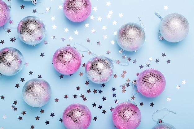 Composition de noël boules roses, argentées et paillettes sur fond bleu pastel. noel, hiver, concept de nouvel an. mise à plat, vue de dessus, espace de copie - image