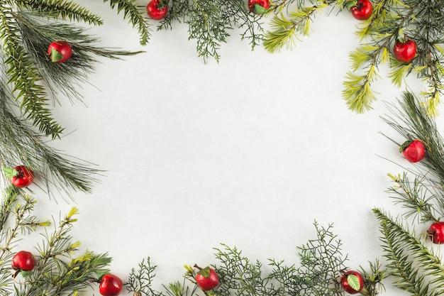 Composition de noël de branches aux pommes rouges