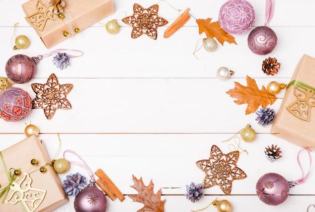 Composition de noël. branches d'épinette, arbre de noël, boule de vacances décor rose de noël avec ruban sur fond en bois.
