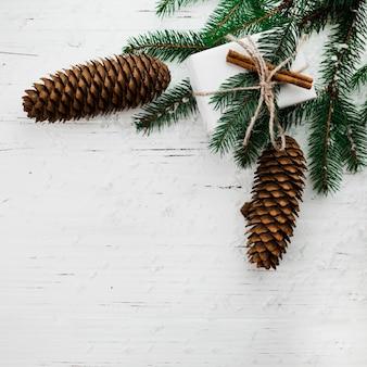 Composition de noël de branches de sapin avec boîte-cadeau