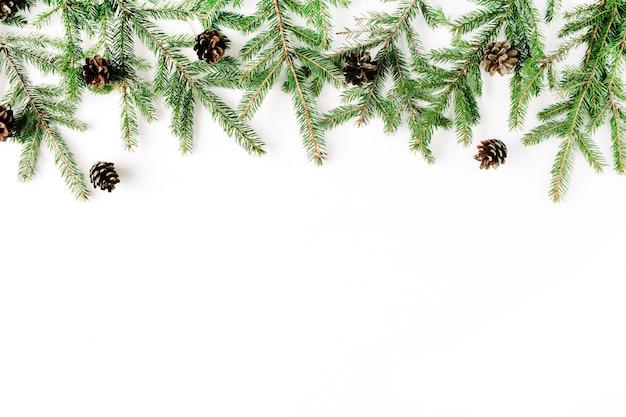 Composition de noël avec des branches de sapin et des pommes de pin.
