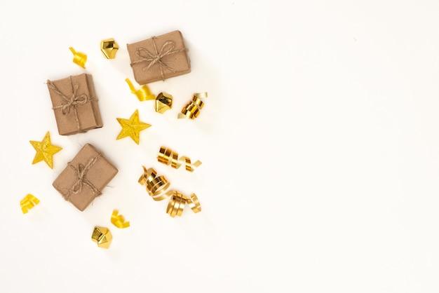 Composition de noël cadeau, décorations de noël dorées, branches de cyprès, pommes de pin. lay plat, vue de dessus