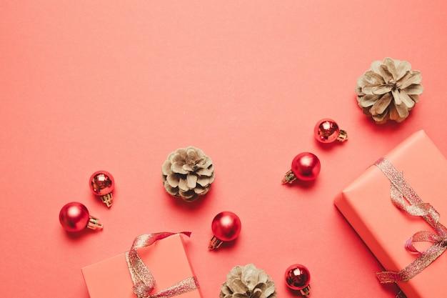Composition de noël cadeau, décorations de noël rouge, pommes de pin sur le rouge.