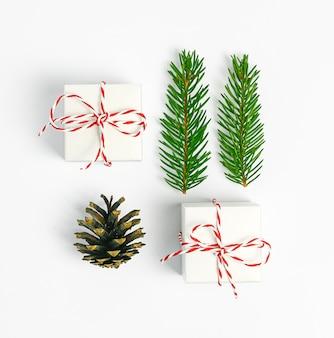 Composition de noël cadeau de noël fi branches sur fond blanc vue de dessus à plat