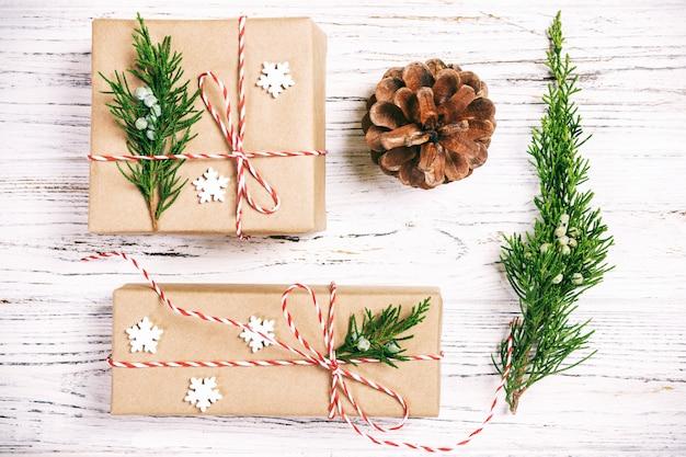 Composition de noël cadeau de noël avec des pommes de pin et des branches de sapin sur bois.