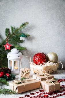 Composition de noël cadeau de noël, pommes de pin, branches de sapin sur fond blanc en bois.