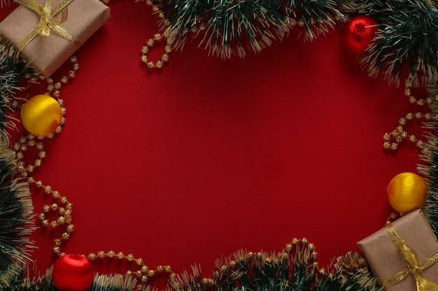 Composition de noël avec des cadeaux et arbre de noël sur fond rouge, carte de voeux, vacances d'hiver