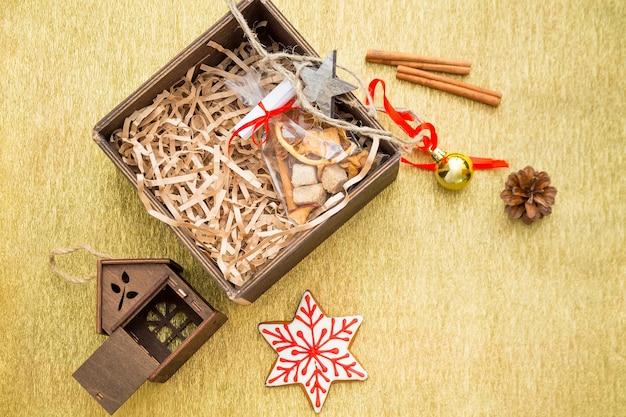 Composition de noël avec des cadeaux, des boules de noël, des jouets, des cannes à sucre