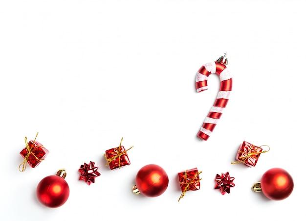 Composition de noël. cadeaux, décorations rouges. mise à plat, vue de dessus,