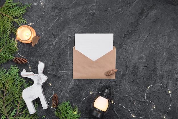 Composition de noël cadeaux, enveloppe, branches de sapin, décorations blanches. noël, hiver, concept de nouvel an. lay plat, vue de dessus, espace de copie