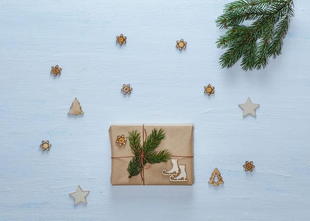 Composition de noël. cadeaux de noël, branches de sapin et étoiles décoratives, flocons de neige, sapins sur un bureau bleu. mise à plat, vue de dessus