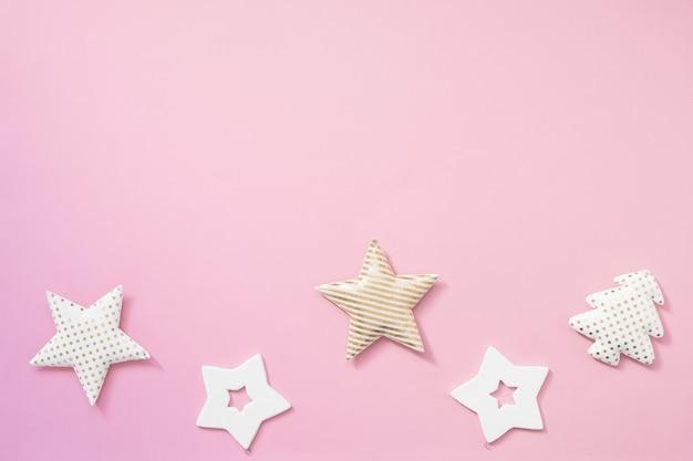 Composition de noël. cadeaux de noël, décorations noires et dorées sur fond rose pastel.