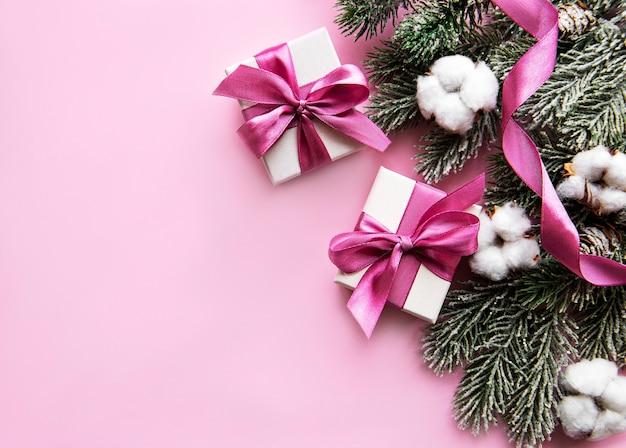 Composition de noël. cadeaux de noël, décorations roses sur rose pastel