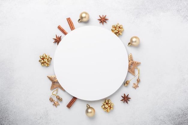 Composition de noël avec des cadeaux en or. forme de cercle vierge de papier blanc. carte de noël. mise à plat, vue de dessus, espace de copie - image