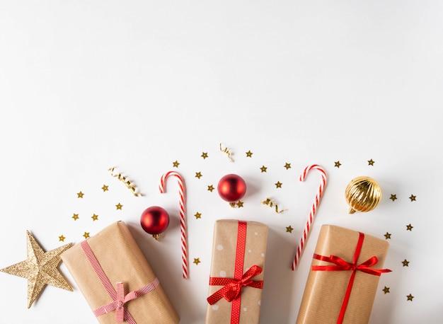 Composition de noël avec des cadeaux en papier kraft et espace de copie de décor de noël. vue de dessus.