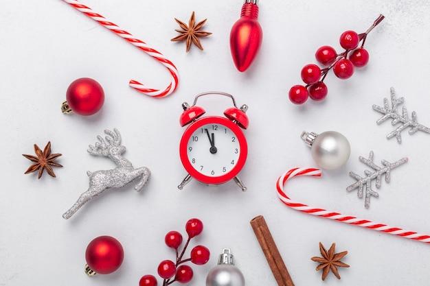 Composition de noël avec des cadeaux rouges et argentés sur fond de pierre. célébration des vacances de noël 2021. mise à plat, vue de dessus, espace de copie - image