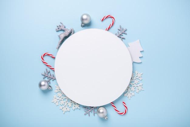 Composition de noël avec des cadeaux rouges et argentés. forme de cercle vierge de papier blanc. carte de noël. mise à plat, vue de dessus, espace de copie - image