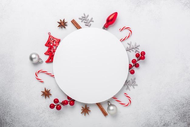 Composition de noël avec des cadeaux rouges et solveurs. forme de cercle vierge de papier blanc. carte de noël. mise à plat, vue de dessus, espace de copie - image