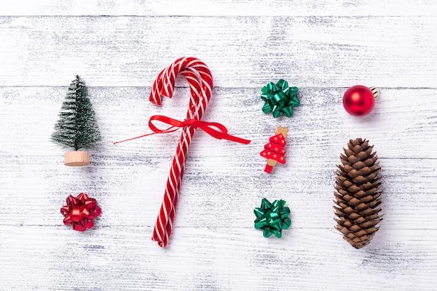 Composition de noël. cadeaux, sapin et cône, cannes de bonbon sur fond en bois. noel, hiver, concept de nouvel an. mise à plat, vue de dessus - image