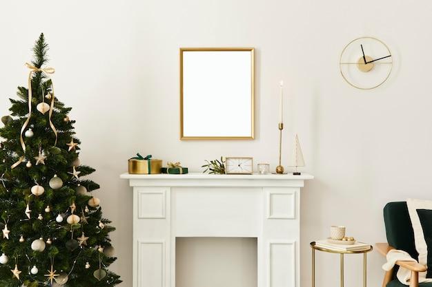 Composition de noël avec cadre d'affiche maquette en or, cheminée blanche et décoration. sapins et couronnes de noël, bougies, étoiles, accessoires lumineux et élégants. modèle.