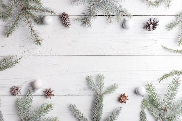 Composition de noël avec cadre de branches de sapin, décorations de noël et pommes de pin. lay plat, vue de dessus