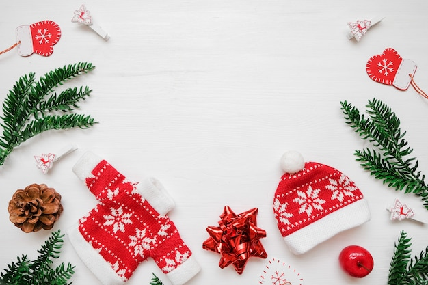 Composition de noël cadre composé de cadeaux de noël, de branches de pin et de jouets sur backgro blanc