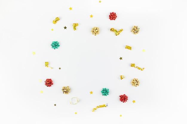 Composition de noël avec cadre doré sur fond blanc