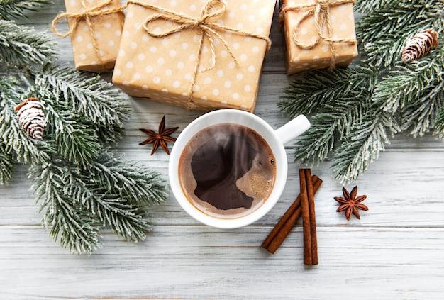 Composition de noël avec café et coffrets cadeaux