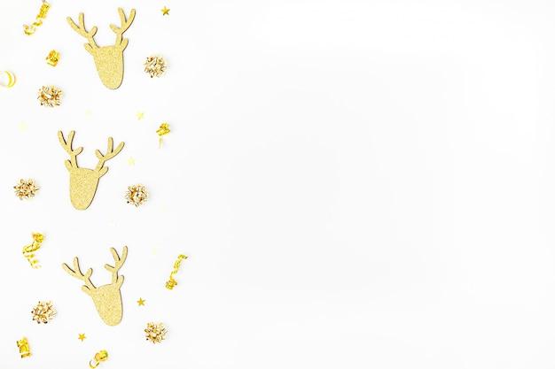 Composition de noël avec des cerfs d'or sur fond blanc