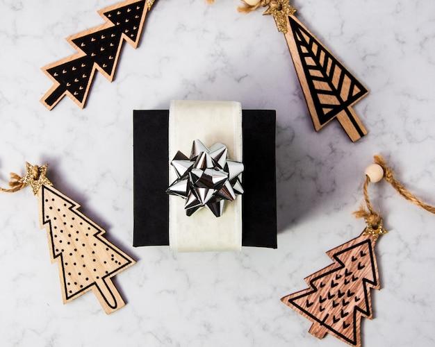 Composition de noël en coffret cadeau noir avec ruban argenté