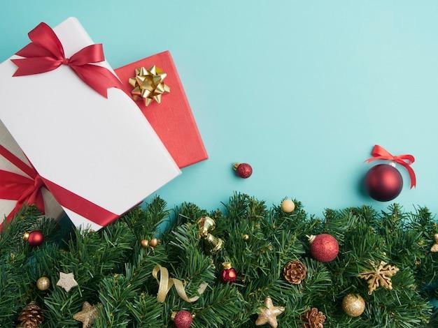 Composition de noël avec un coffret cadeau et sapin décoré