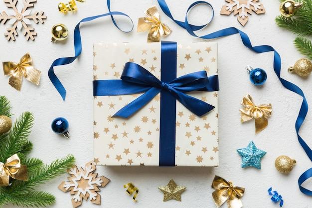 Composition de noël. coffret cadeaux avec décorations du nouvel an sur fond coloré. noel, hiver, concept de nouvel an. mise à plat, vue de dessus, espace de copie.