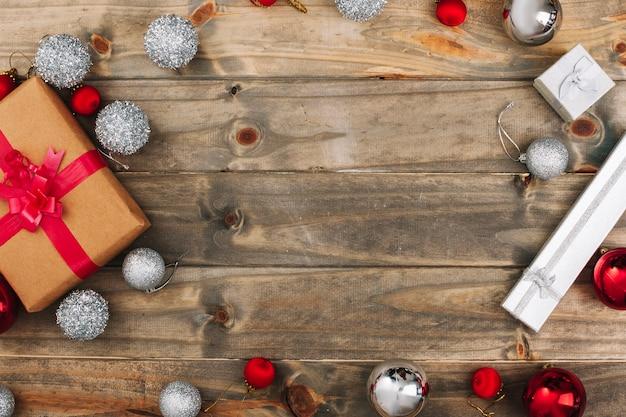 Composition de noël de coffrets cadeaux avec des boules