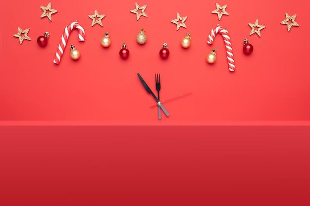 Composition de noël comprenant de beaux jouets ainsi que des cadeaux et des bonbons sur fond rouge