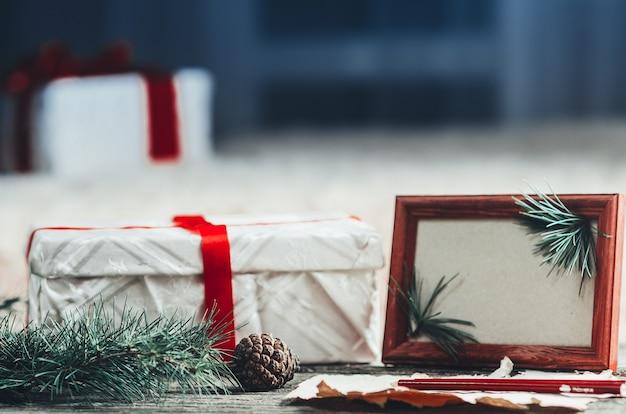 Composition de noël avec des cônes d'arbres cadeaux et d'autres articles