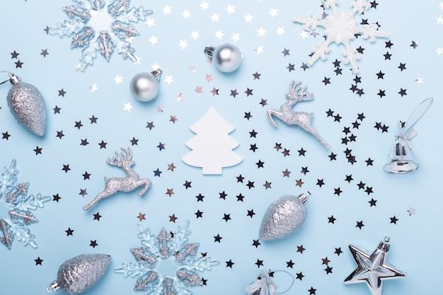 Composition de noël. décoration argentée sur fond bleu pastel. noel, hiver, concept de nouvel an. mise à plat, vue de dessus, espace de copie - image