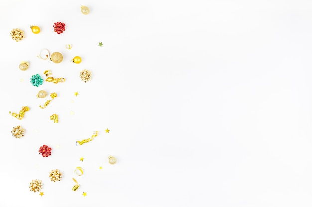 Composition de noël avec une décoration dorée sur fond blanc